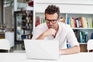 Mann sucht im Internet nach einer Möglichkeit Schadenersatz geltend zu machen
