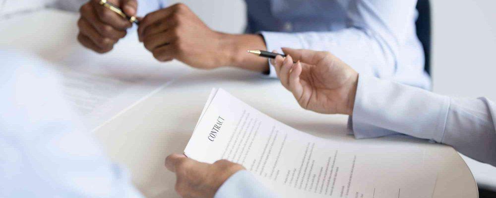 Hände am Schreibtisch beim Besprechung