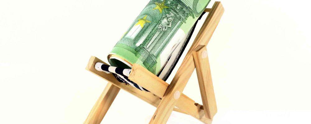 Grüner Geldschein auf einen Liegestuhl