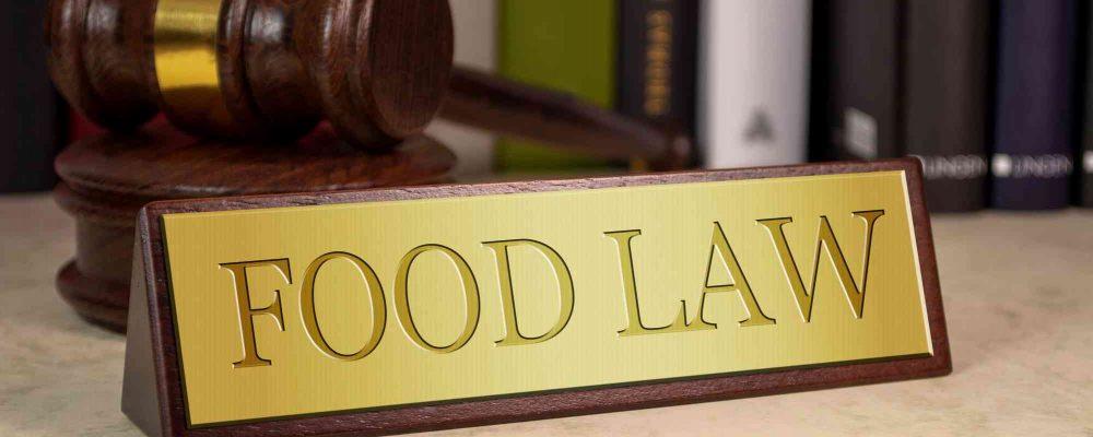 Anwalthammer am Tisch neben food law tafel